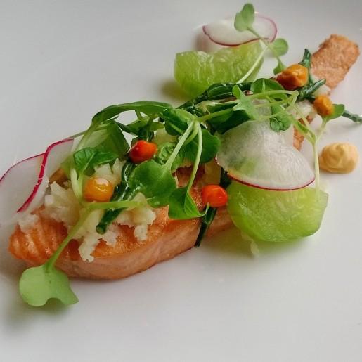 Подкопченный лосось в качестве закуски. В композиции блюда также «задействованы» облепиха, коралловый гриб, мелкорубленная цветная капуста и моченый огурец.