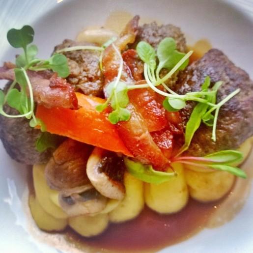 Фрикадельки из лосятины по-бургундски с жареными шампиньонами, пюре из лапландского картофеля, беконом и соусом из красного вина с розмарином.