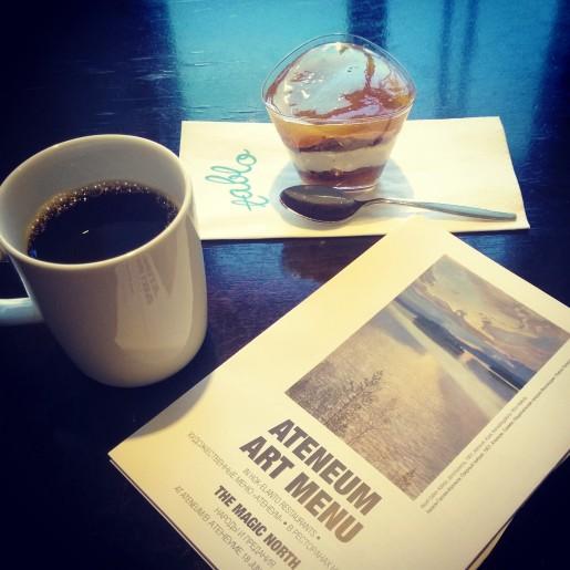 Предвыставочный кофе в Атенеуме. Туристы почему-то обходят стороной кафе при музеях. А между тем там всегда тихо, красиво и такой же наваристый суп из лосося, а то и лучше. Даже если вы не собираетесь посетить выставку, а просто оказались на Центральной вокзальной площади Хельсинки.